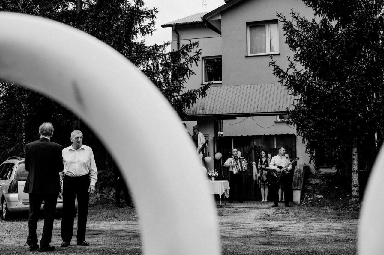 goście weselni przed ślubem