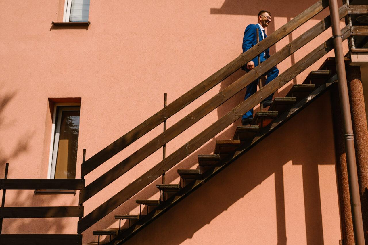 mężczyzna wchodzi po schodach