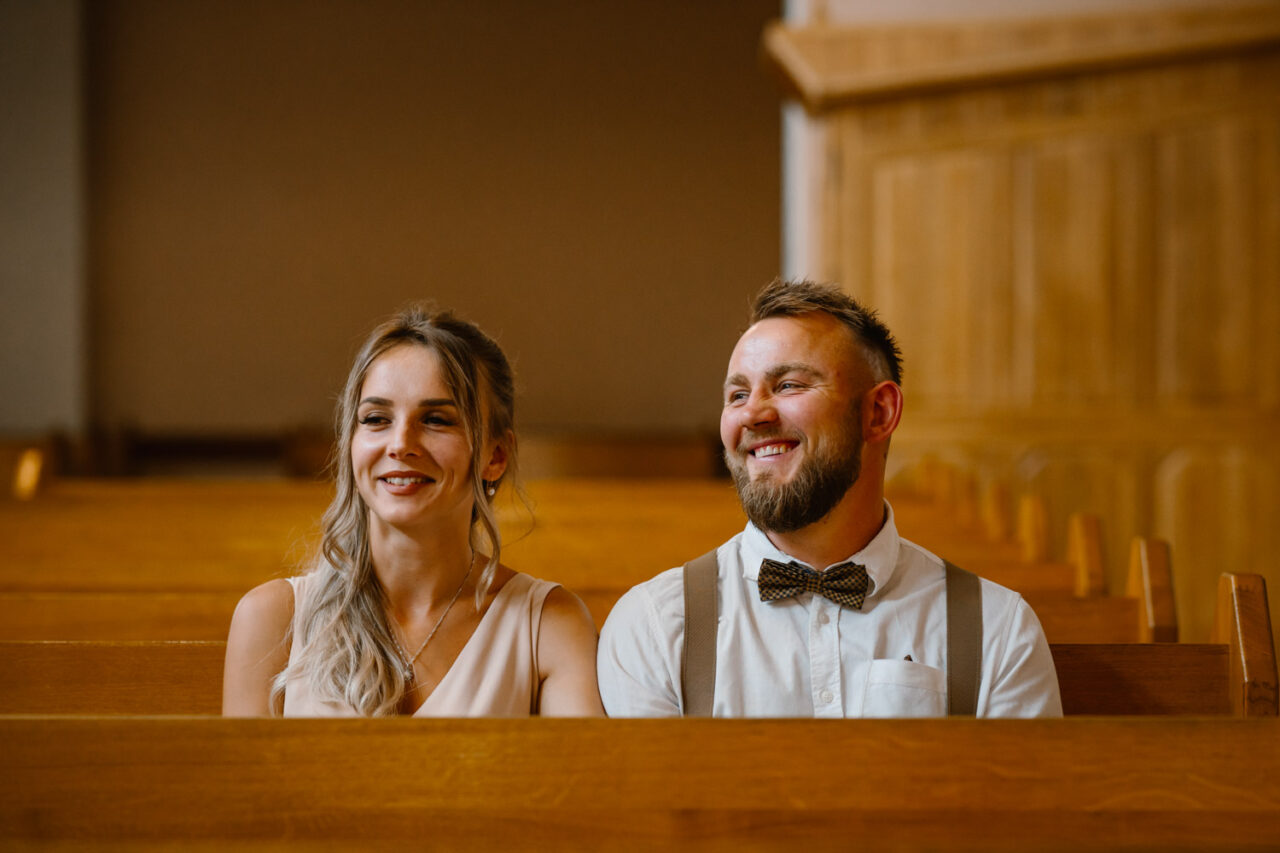 para zakochanych wśród kościelnych ławek