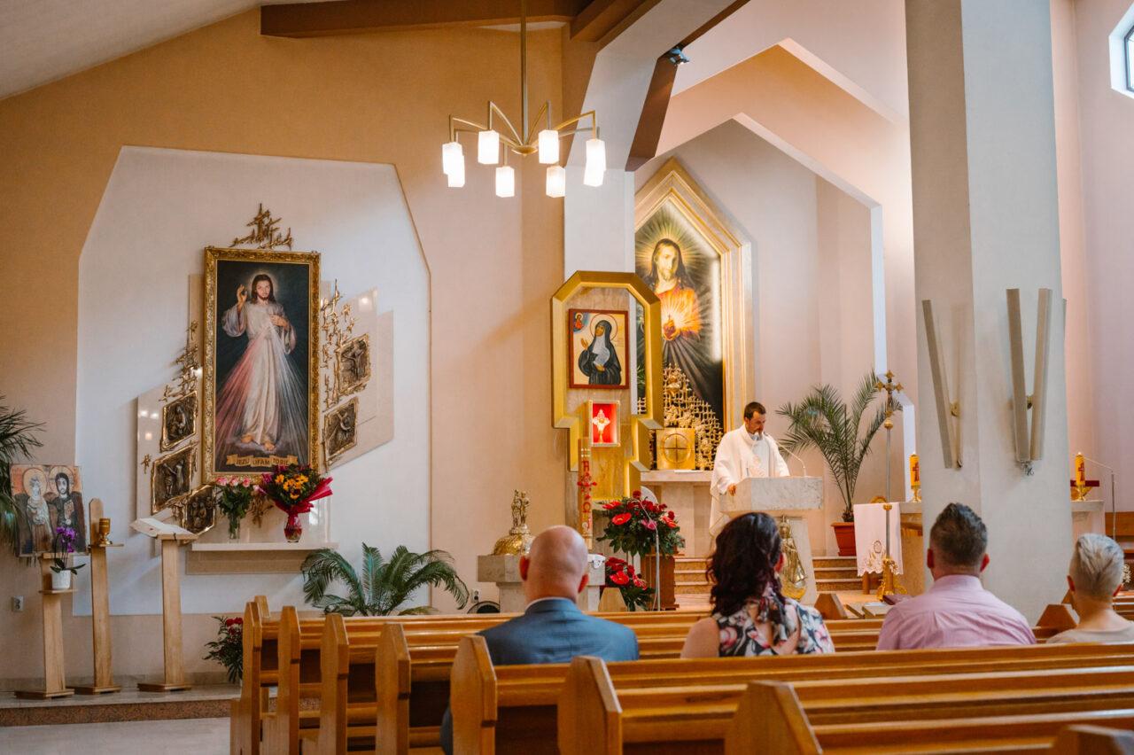 wnętrze kościoła podczas ślubu