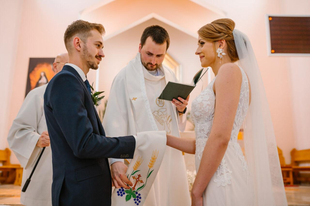 para młoda i ksiądz przed przysięgą ślubną