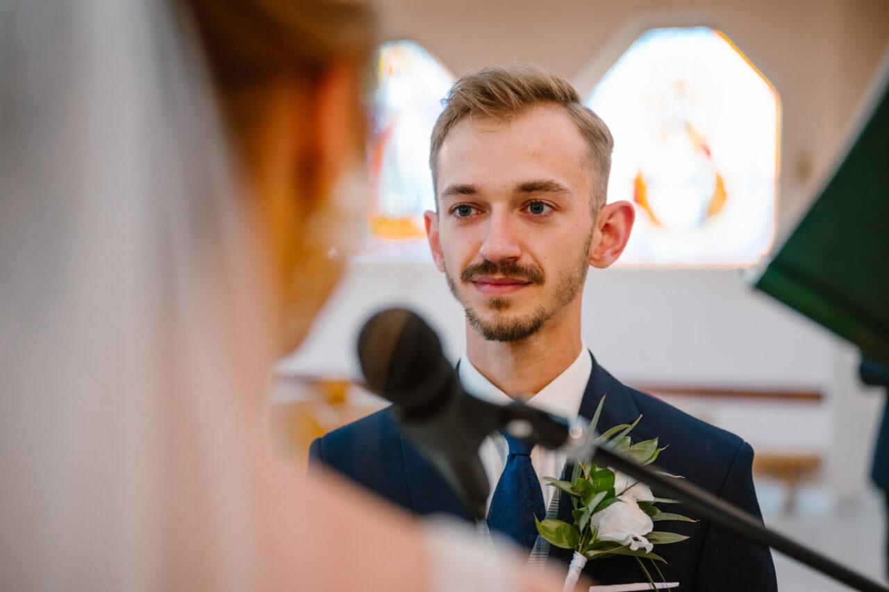 portret pana młodego podczas przysięgi ślubnej
