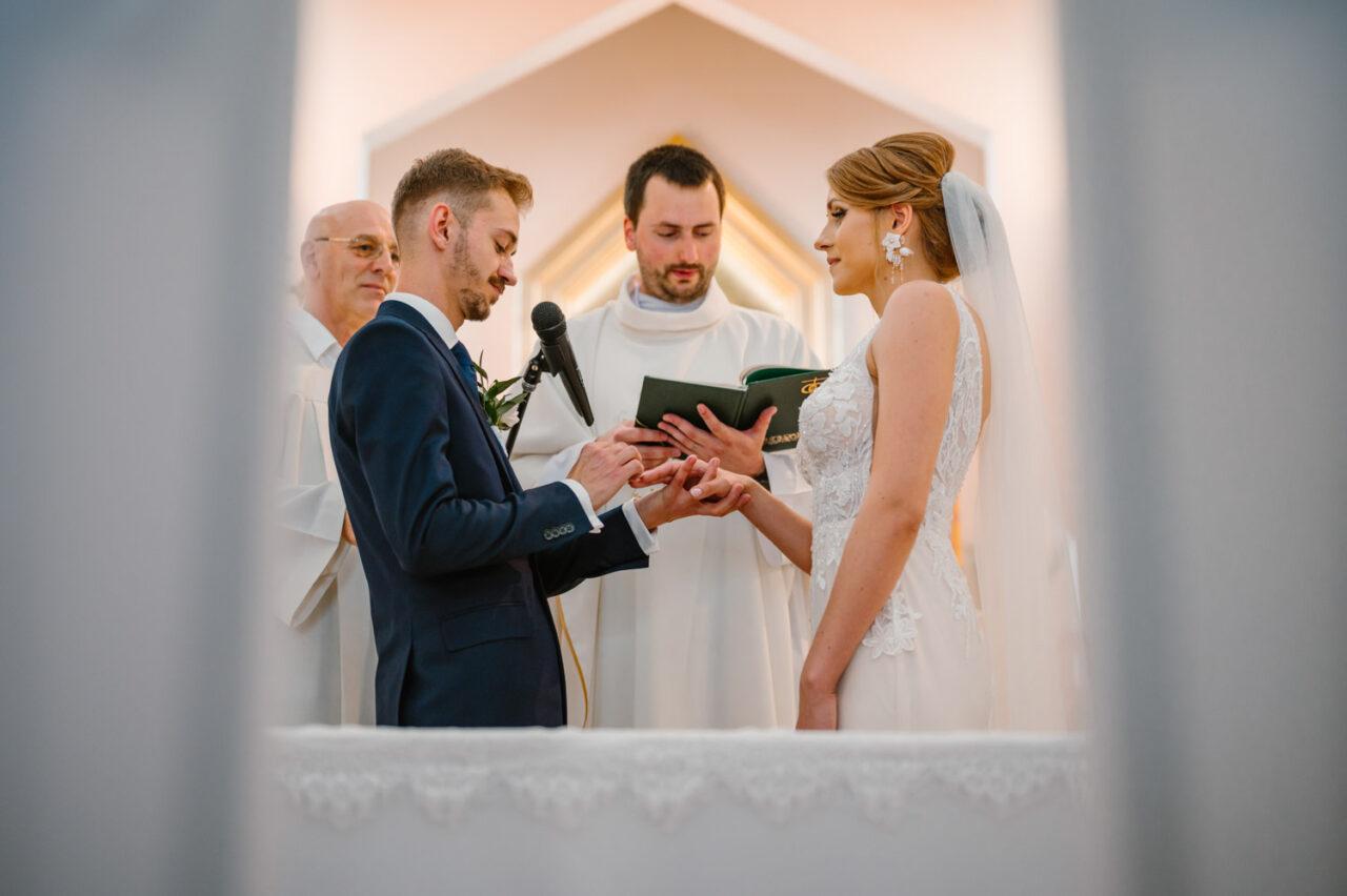 para młoda zakłada obrączki ślubne