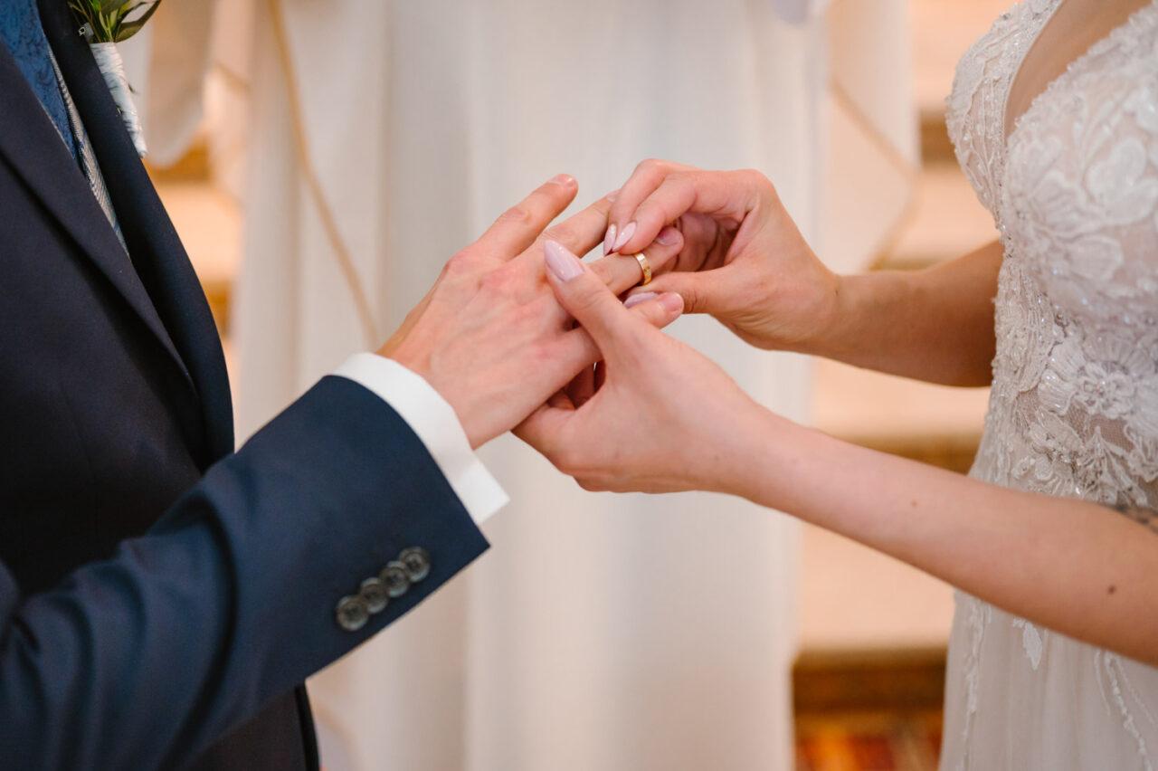 dłonie pary młodej i obrączki ślubne