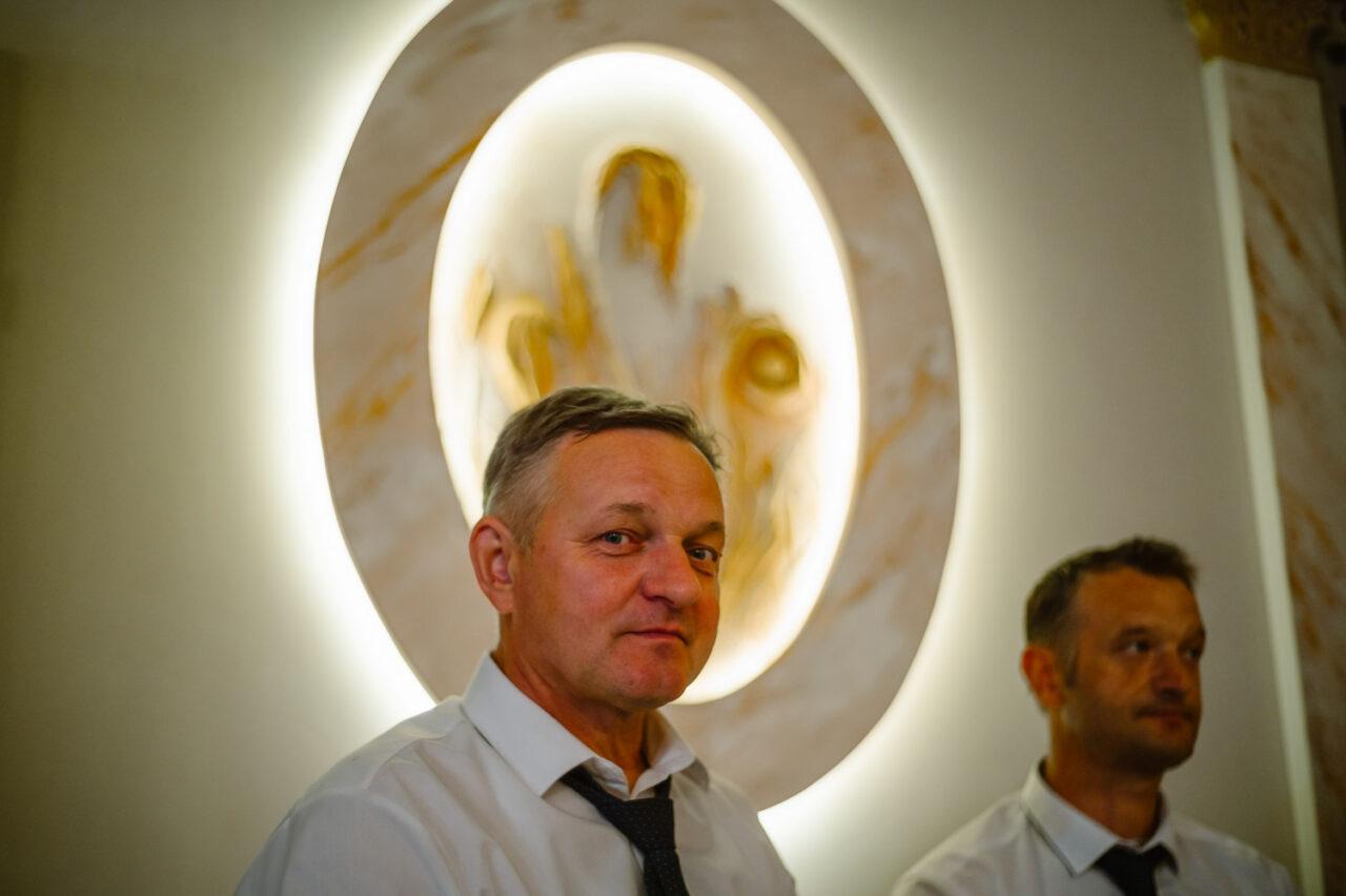portret mężczyzny z aureolą