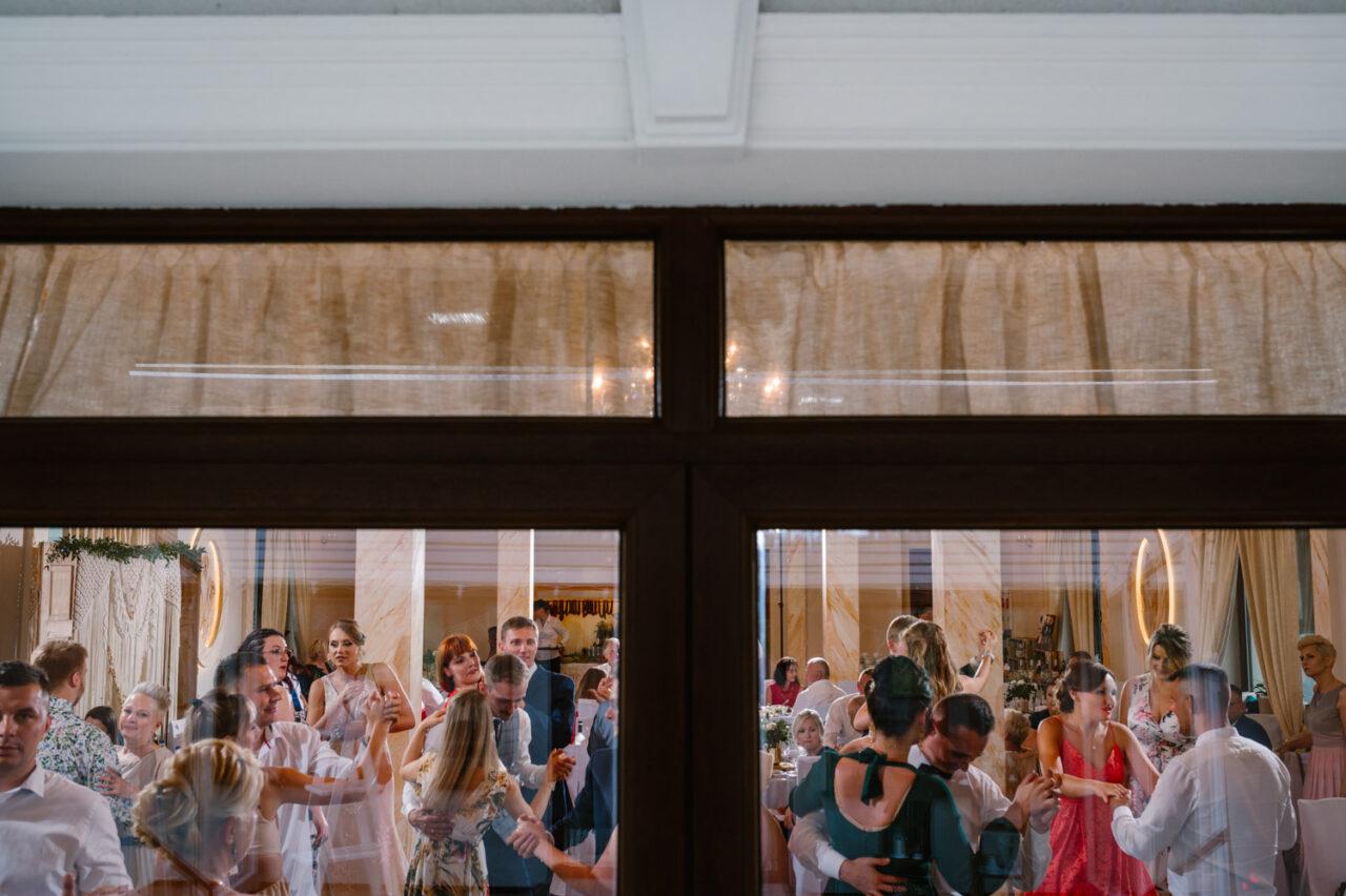goście tańczą na weselu