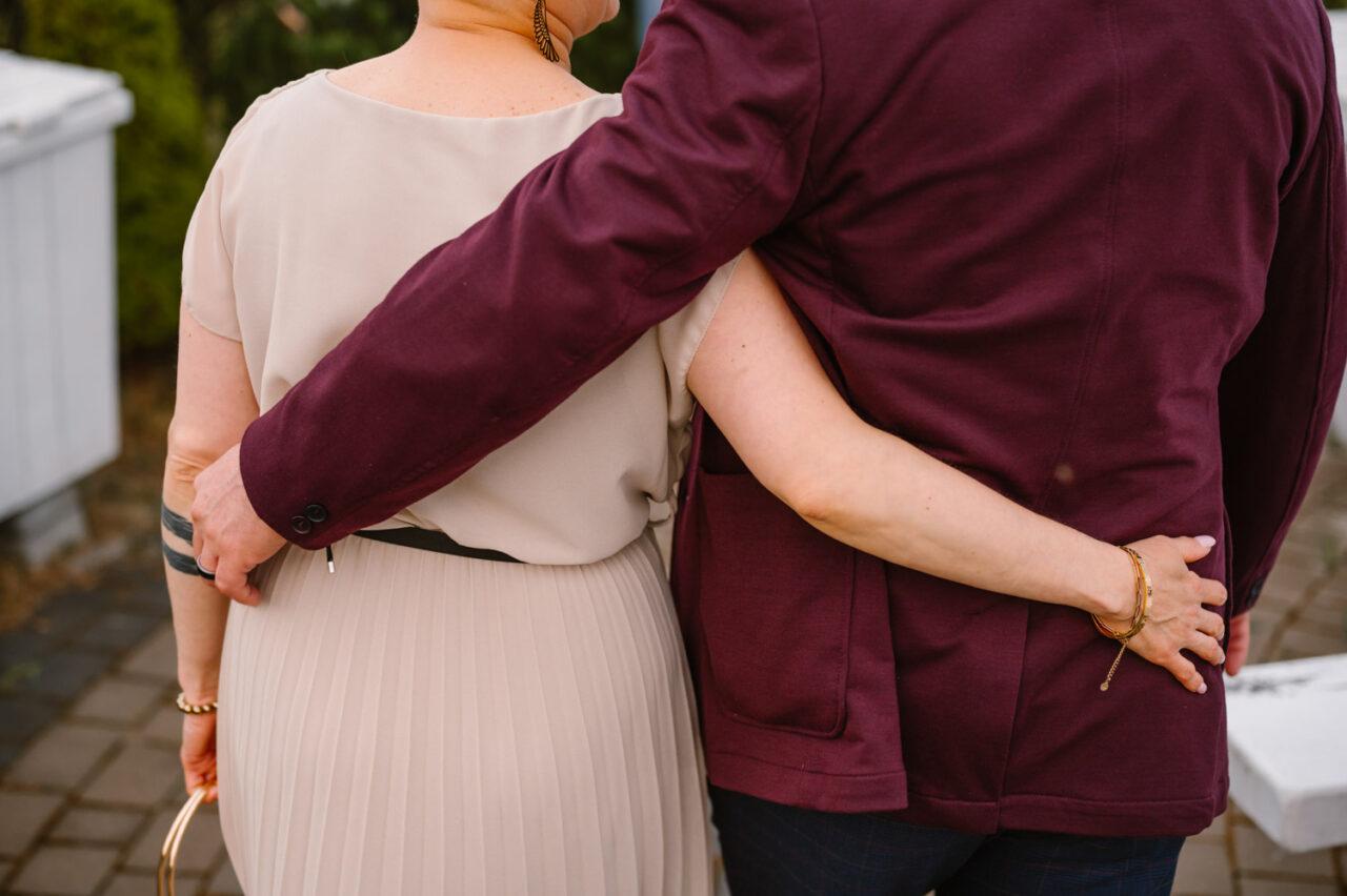 ręce przytulonej pary