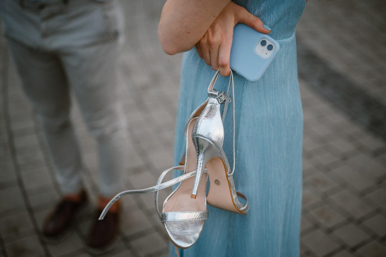 damskie obuwie i smartfon