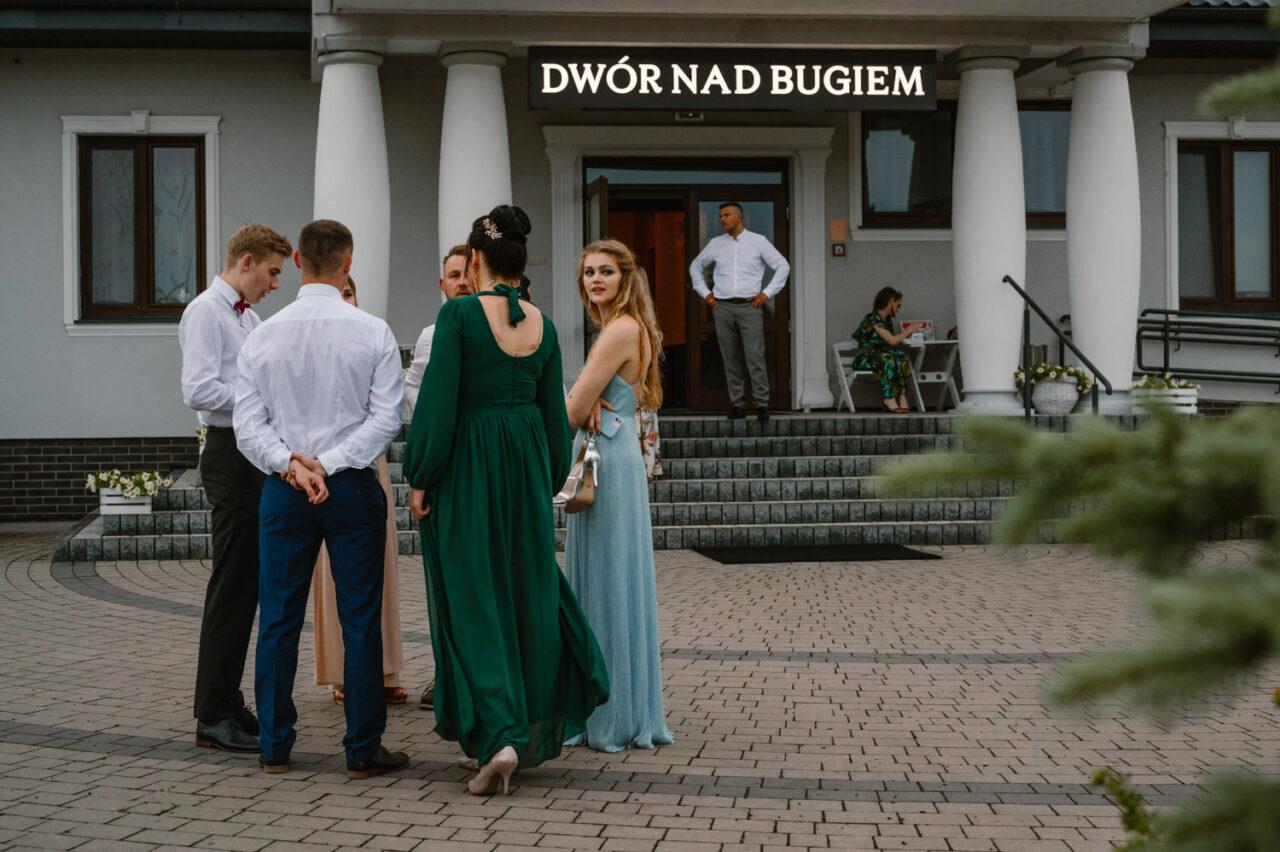 goście weselni dyskutujący przed Dworem nad Bugiem