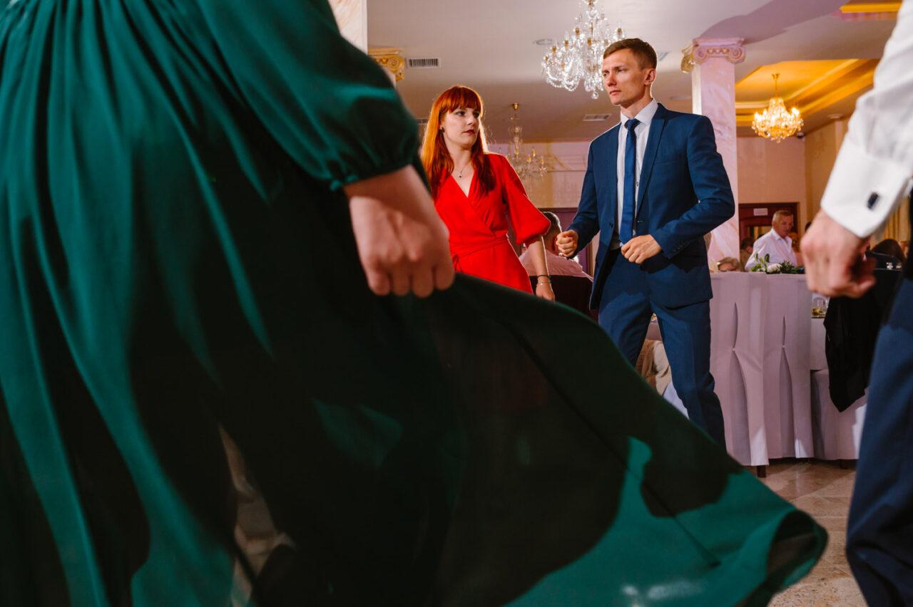 goście weselni tańczą - Dwór nad Bugiem