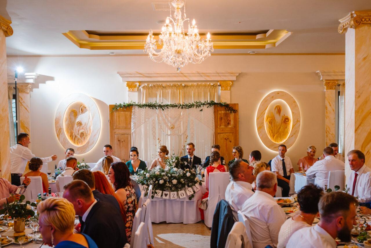 weselna biesiada przy stołach