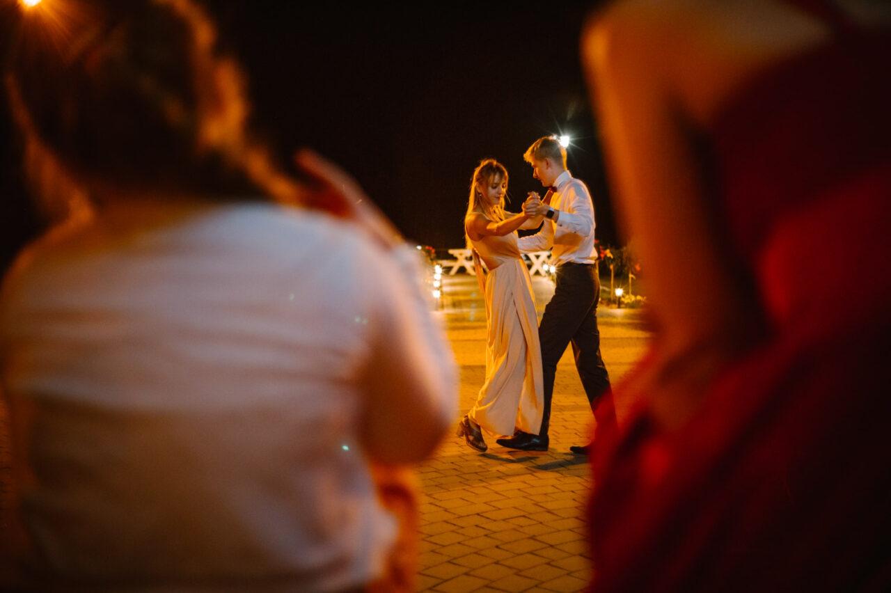 romantyczna para tańczy po zmroku na dworze