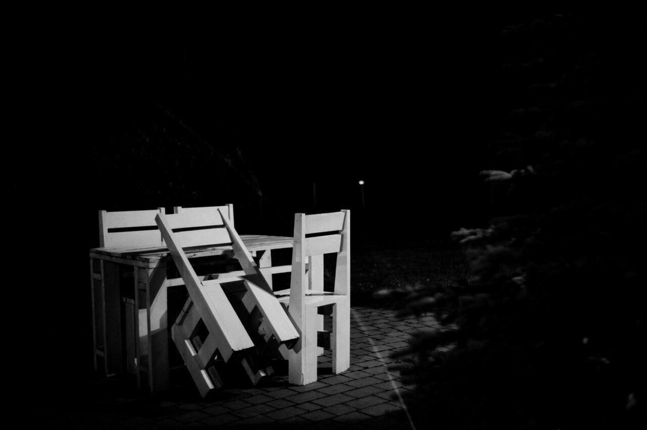 białe krzesła nocą
