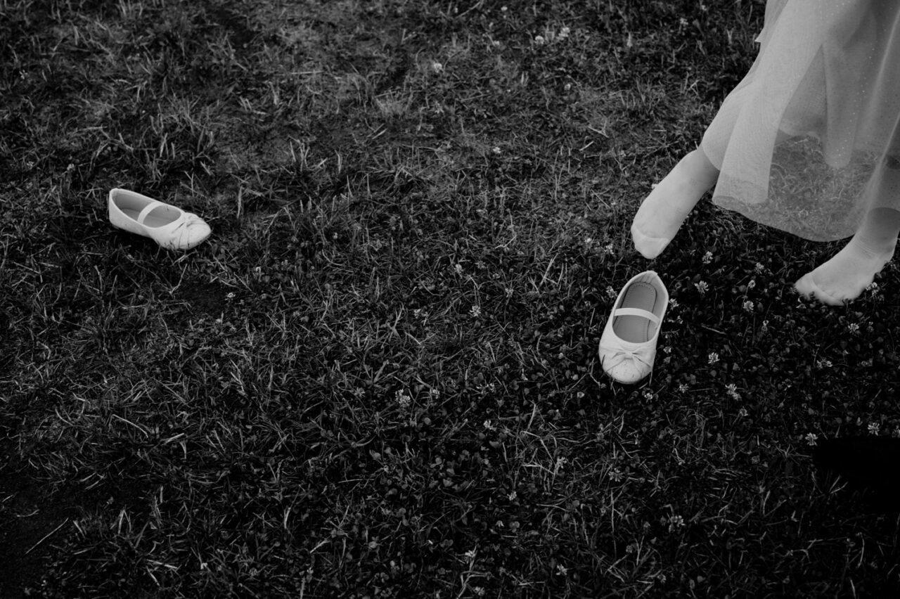 stopy dziewczynki i buciki na trawniku